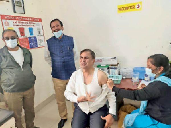 नागरिक अस्पताल के वैक्सिनेशन सेंटर में वैक्सीन लगवाते हुए डीसी प्रदीप कुमार। - Dainik Bhaskar