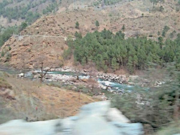 मणिकर्ण में स्थित पार्वती नदी में बहता नाममात्र पानी। - Dainik Bhaskar