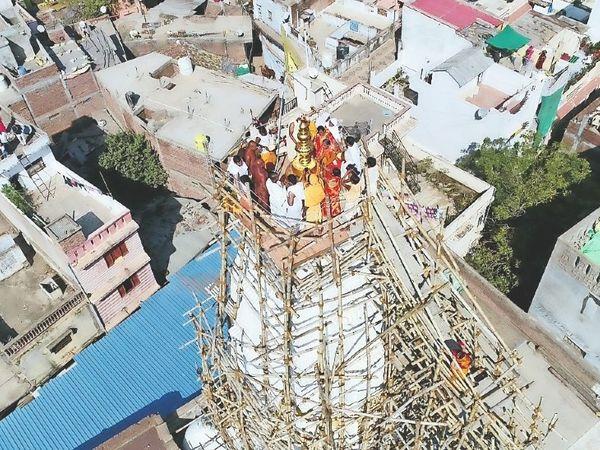 शांतिनाथ दिगंबर जैन मंदिर के शिखर पर सोमवार को भव्य स्वर्ण कलश व ध्वज दंड की स्थापना की गई। - Dainik Bhaskar