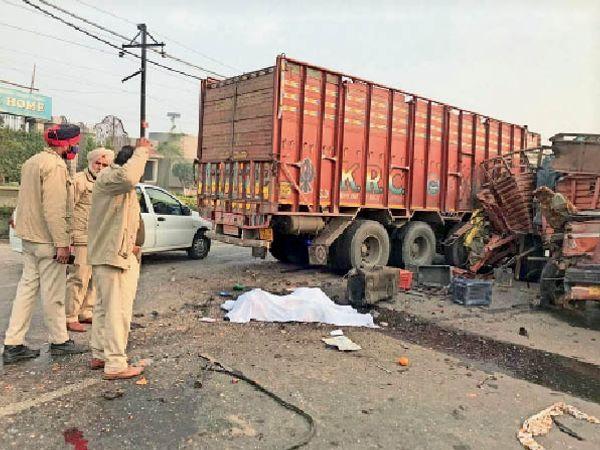 हादसे में क्षतिग्रस्त कैंटर-ट्रक और शव के पास खड़े पुलिस मुलाजिम। - Dainik Bhaskar