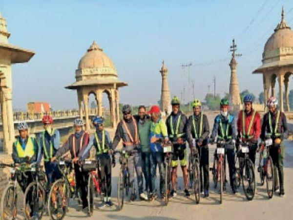 साइकिलिंग प्रतियोगिता में शामिल हुए प्रतिभागी। - Dainik Bhaskar