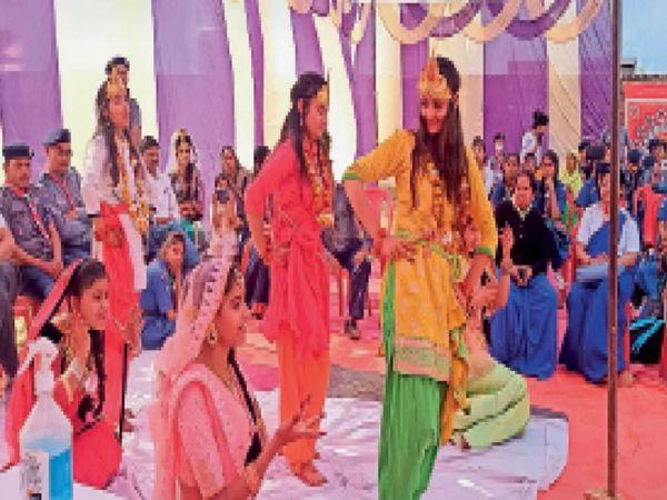 भिंड। कार्यक्रम में प्रस्तुति देती हुई छात्राएं। - Dainik Bhaskar