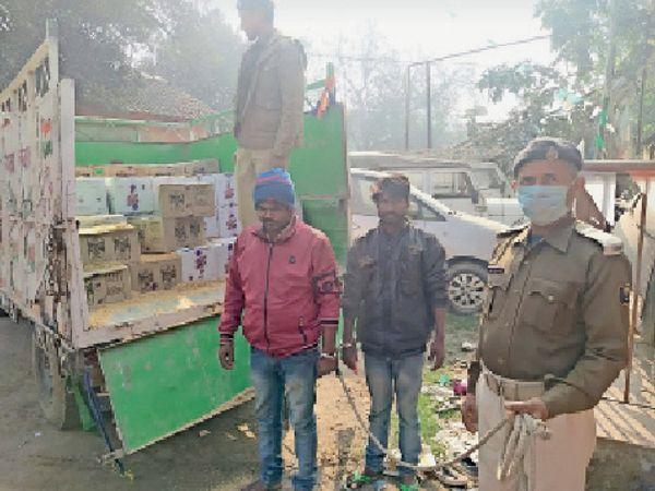 जब्त शराब के साथ गिरफ्तार दोनों आरोपी। - Dainik Bhaskar