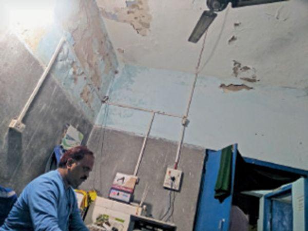 टूट-टूट कर गिरते छत के नीचे काम करते कम्प्यूटर सहायक। - Dainik Bhaskar