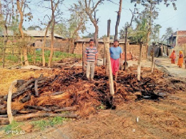 गोविंदपुर वार्ड 2 में अगलगी के बाद स्थल को देखते पीड़ित परिवार। - Dainik Bhaskar