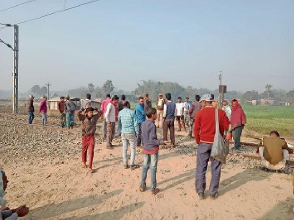 रेल फाटक सील करने पहुंचे अधिकारी का विरोध करते ग्रामीण। - Dainik Bhaskar