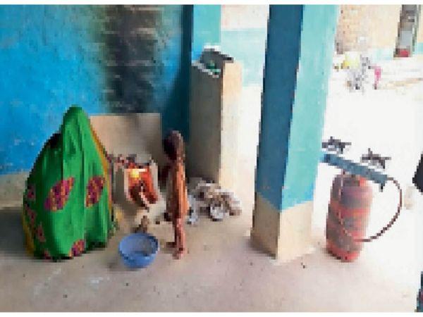 गोहद के छरेंटा गांव में महिला चूल्हे पर रोटी सेंकती हुई । - Dainik Bhaskar