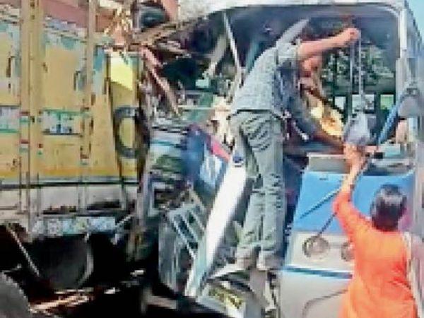 बड़नगर रोड स्थित चंदूखेड़ी पर ट्रक-बस भिड़ंत के बाद ग्रामीणों ने मदद कर बस में फंसे यात्रियों काे इस तरह बाहर निकाला और जिला अस्पताल भिजवाया। - Dainik Bhaskar