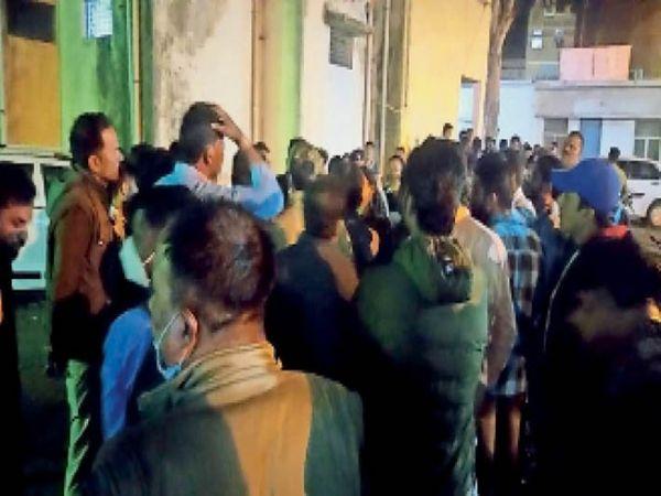 लड़की को बंधक बनाए जाने के मामले में कार्रवाई के दौरान गोपालगंज थाने में जमा दो पक्षों के लोग। - Dainik Bhaskar