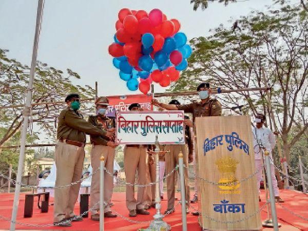 गुब्बारा उड़ाकर पुलिस सप्ताह का शुभारंभ करते मेजर। - Dainik Bhaskar