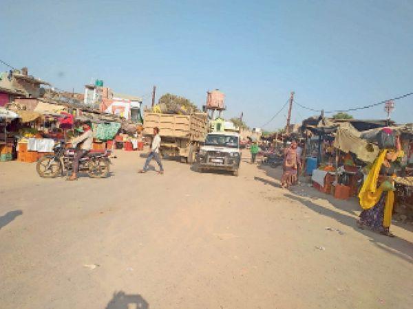 मानपुर में बस स्टैंड के दोनों ओर गुमठियां और ठेलों पर संचालित हो रहीं दुकानें। - Dainik Bhaskar