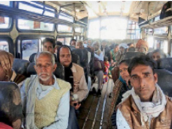 मुरैना से आई बस में ओवरलोड यात्री। - Dainik Bhaskar