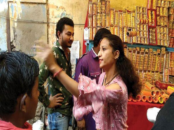 खंडवा | बांबे बाजार क्षेत्र में अतिक्रमण हटाने पहुंचे अमले को इस तरह हाथ ठेले पर व्यवसाय कर रही युवती के आक्रोश का सामना करना पड़ा। - Dainik Bhaskar
