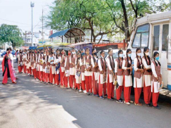 सोमवार को सरोजिनी नायडू स्कूल की छात्राएं ब्यूटीशियन कोर्स का प्रैक्टिकल करने न्यू मार्केट स्थित एक ब्यूटी पार्लर जा रही थीं। इस दौरान सभी छात्राएं अनुशासन में कतार में थी, मास्क भी पहने थीं, लेकिन सोशल डिस्टेंसिंग का पालन करना भूल गईं। - Dainik Bhaskar