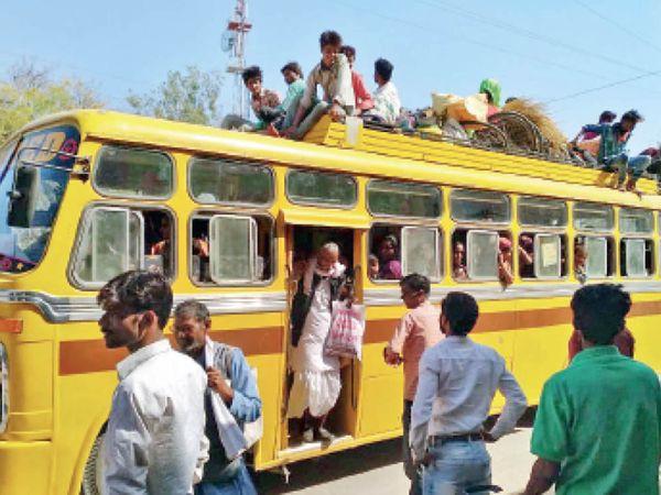 32 सीटर बस में अंदर 60 यात्री थे। - Dainik Bhaskar