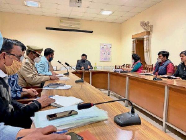 जिला यातायात सलाहकार समिति की बैठक लेते जिला कलेक्टर। - Dainik Bhaskar