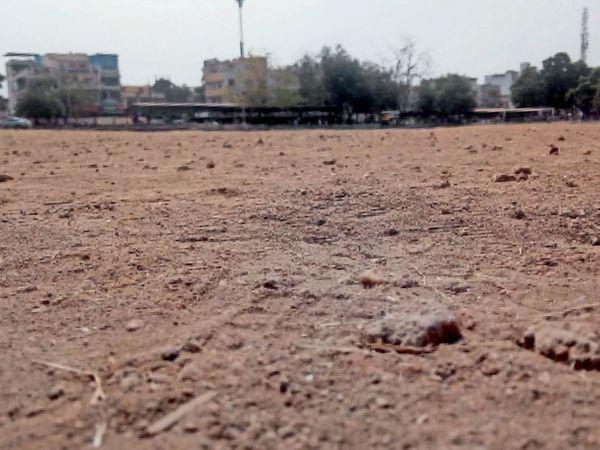 शहर के बीच स्थित आर्ट्स एडं साइंस (लीड कॉलेज) कॉलेज खेल मैदान पर बने इंटरनेशनल स्तर के 400 मीटर के 8 लेन ट्रैक पर कंकड़-पत्थर ही नजर आ रहे हैं। फोटो | चिंटू मेहता - Dainik Bhaskar
