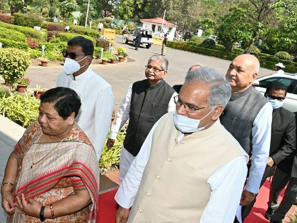 बजट सत्र के पहले दिन मुख्यमंत्री के साथ विधानसभा जातीं राज्यपाल। - Dainik Bhaskar