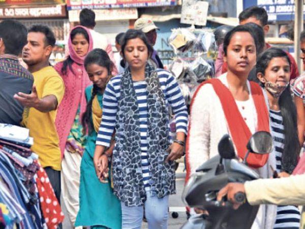 ये ठीक नहीं...शहर में बिना मास्क व सोशल डिस्टेंसिंग का पालन लगभग बंद है। - Dainik Bhaskar