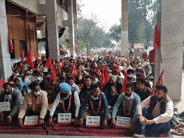 मोगा से सेहत मुलाजिम संघर्ष कमेटी के कंवीनर कुलवीर सिंह ढिल्लों ने बताया कि अपनी इन मांगों को पूरा करवाने के लिए जब हम बठिंडा जाते हैं तो हम पर झूठे केस दर्ज करवाए जाते हैं। बोले, 21 जनवरी को इन मांगों को लेकर हमारी भूख हड़ताल शुरू हुई थी जो आज अपने 34वें दिन पहुंच गई है। - Dainik Bhaskar