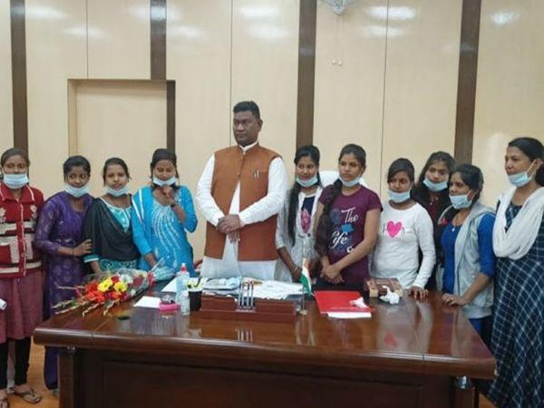 करार के बाद श्रम मंत्री सत्यानंद भोक्ता ने 10 लड़कियों को नियुक्ति पत्र दिया। - Dainik Bhaskar