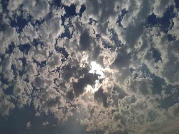 आज शहर के आकााश पर बादल छाए हुए है। फोटो लखवंत सिंह - Dainik Bhaskar