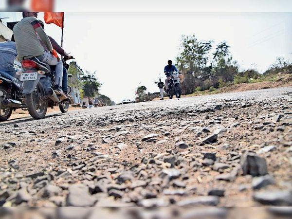 विवेकानंद चौराहे से लेकर ढोलखेड़ी चौराहे के बीच सड़क का नहीं हो रहा मेंटेनेंस। - Dainik Bhaskar