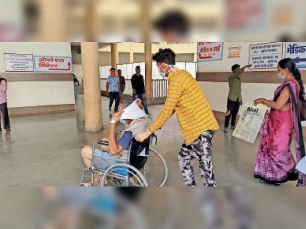 कोरोना रिपोर्ट पॉजिटिव आने तक अस्पताल में भर्ती था मरीज। बाद में उसे खंडवा रैफर किया। - Dainik Bhaskar