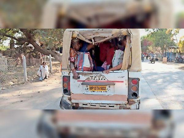मैजिक वाहन में औसत से अधिक सवारियों को भरने से हादसे का खतरा बना रहता है। - Dainik Bhaskar