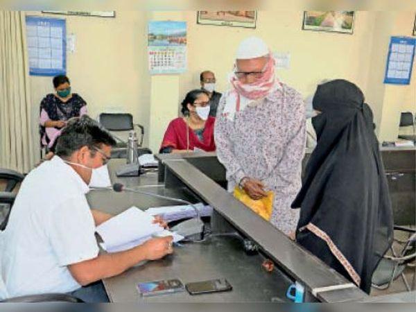 जनसुनवाई में कलेक्टर ने नागरिकों की बारी-बारी समस्याएं सुनीं। - Dainik Bhaskar