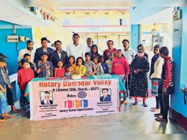 बच्चों को उपहार देकर व केक काटकर स्थापना दिवस मनाते सदस्य। - Dainik Bhaskar