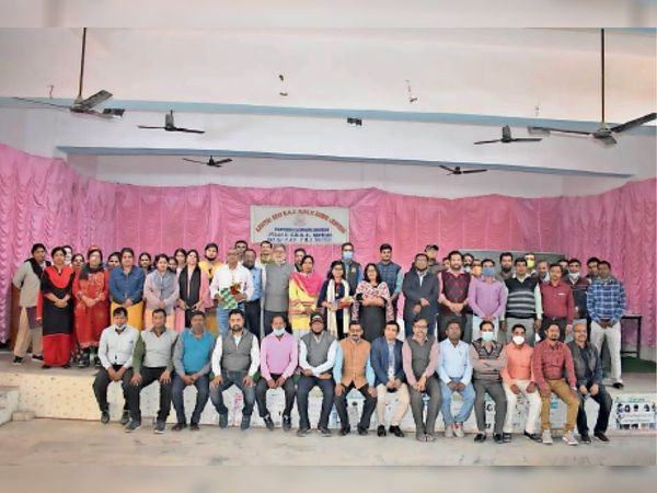 डीएवी में आयोजित सम्मान समारोह में उपस्थित छात्रा, अभिभावक व विद्यालय के शिक्षक शिक्षिका। - Dainik Bhaskar