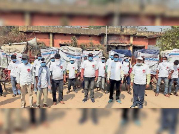 टीबी जागरुकता के लिए आयोजित रिक्शा रैली में शामिल लोग। - Dainik Bhaskar