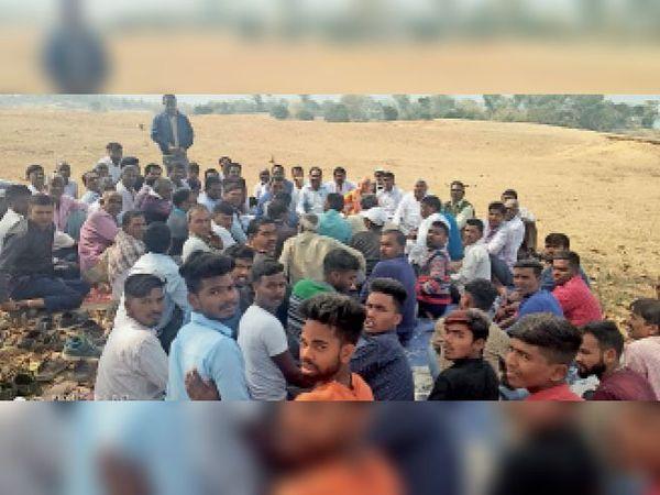 बैठक करते पंच तथा ग्रामीण लोग। - Dainik Bhaskar