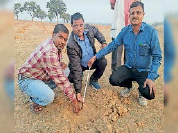 पौधरोपण के लिए किए गए गड्ढे की मापी करते वार्ड सदस्य व ग्रामीण। - Dainik Bhaskar