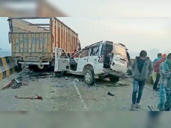 मंगलवार को घटनास्थल पर हादसे के बाद खड़ा ट्रक व क्षतिग्रस्त स्कॉर्पियो। - Dainik Bhaskar