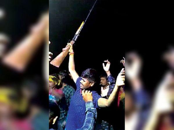 विसर्जन के दौरान डीजे की धुन पर डांस व हथियार लहराते युवक। - Dainik Bhaskar