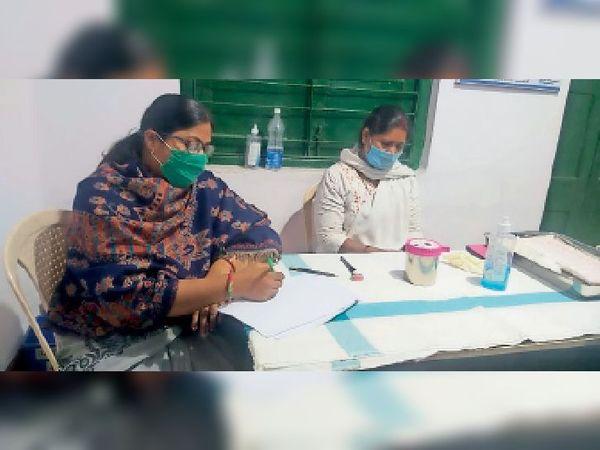 कोरोनारोधी टीकाकरण के लिए फ्रंटलाइन वर्कर के इंतजार में टीकाकर्मी। - Dainik Bhaskar