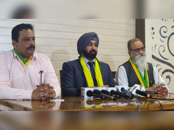 चंडीगढ़ के प्रेस क्लब में प्रेस कॉन्फ्रेंस में पंजाब सरकार के खिलाफ रोषा प्रकट करते पंजाब डेमोक्रेटिक पार्टी के नेता। - Dainik Bhaskar
