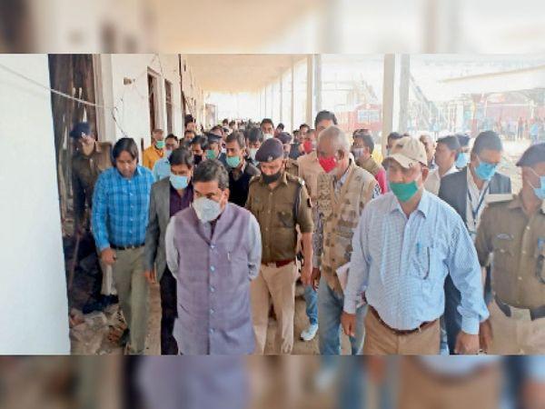 आरा रेलवे स्टेशन पर निरीक्षण करते डीआरएम। - Dainik Bhaskar