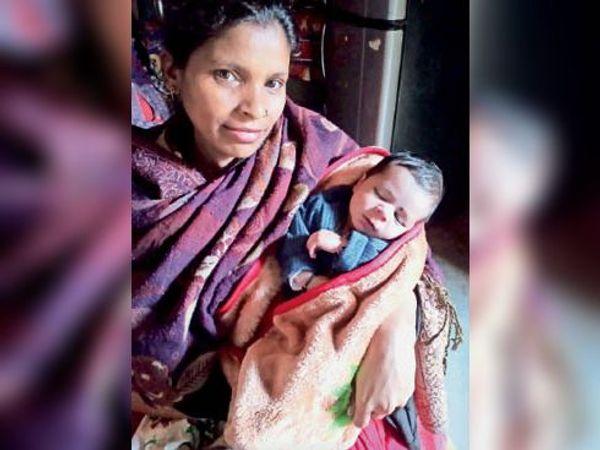 बच्चे के साथ मां राधा। - Dainik Bhaskar