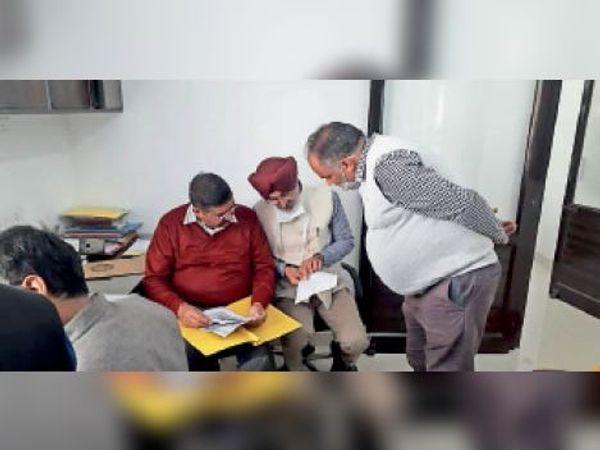जांच करती सीएम फ्लाइंग की टीम। - Dainik Bhaskar