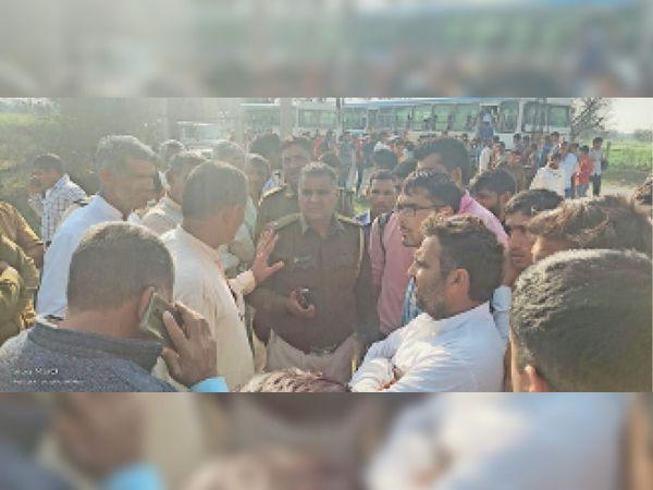 बसों की मांग को लेकर बस रोके खड़े विद्यार्थियों को पुलिस व बस अड्डा इंचार्ज ने दिया आश्वसन। - Dainik Bhaskar