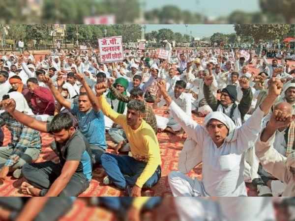 चाै. सुरेंद्र सिंह मैमाेरियल हुडा पार्क के सामने मैदान में आयोजित किसान महापंचायत में मौजूद नागरिक। - Dainik Bhaskar