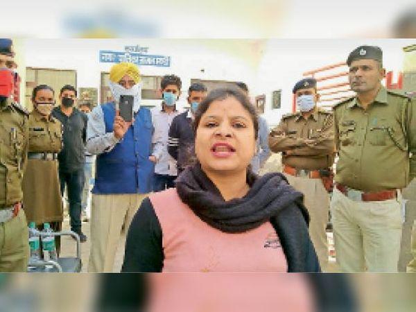 जाखल नगर पालिका प्रधान रही सीमा गोयल प्रशासनिक अधिकारियों व पार्षदों के खिलाफ अपना रोष प्रकट करते हुए। - Dainik Bhaskar