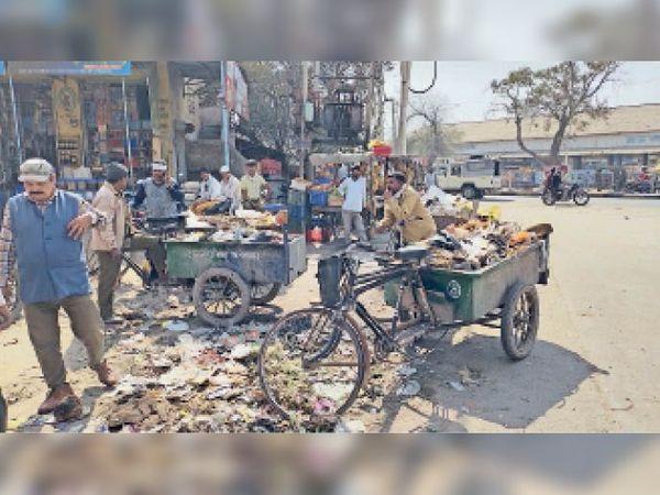 हंस मार्केट में विवाद के बाद कूड़े से भरी रिक्शा लेकर खड़े कर्मचारी। - Dainik Bhaskar