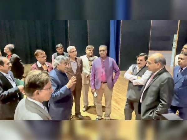 अटल एकेडमी के लिए एआईसीटीई के सदस्य सचिव प्रो.कंसल के नेतृत्व में दो सदस्यीय टीम ने डीसीआरयूएसटी का दौरा किया। - Dainik Bhaskar