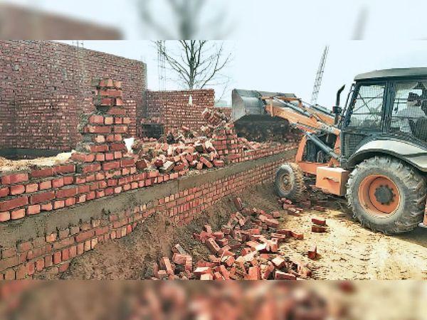 बिल्डर लोगों को ऊंचे दाम पर बेचते हैं अवैध मकान, बाद में होती है परेशानी - Dainik Bhaskar