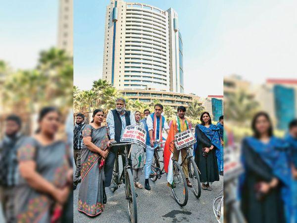 कांग्रेस पार्षदों ने राजधानी में बढ़ रहे पेट्रोल-डीजल के बढ़ रहे दामों का विरोध करने के लिए साईिकल से सिविक सेंटर पहुंचे। - Dainik Bhaskar