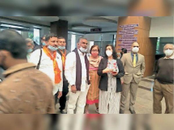 ईएसआई बोर्ड के राष्ट्रीय सदस्य व भारतीय मजदूर संघ के राष्ट्रीय मंत्री मेडिकल कालेज का निरीक्षण करते हुए। - Dainik Bhaskar